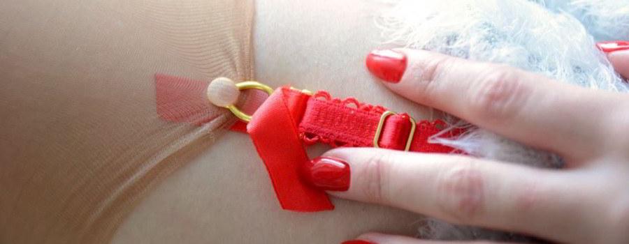 Czerwony pas do pończoch